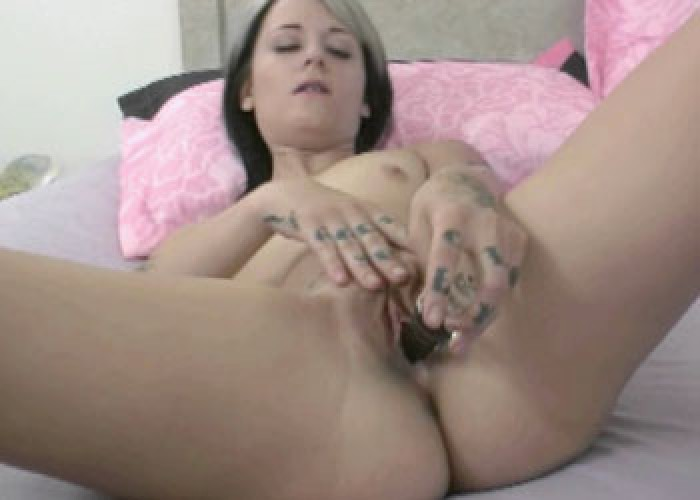 Tattooed cutie Samus fucks her toy