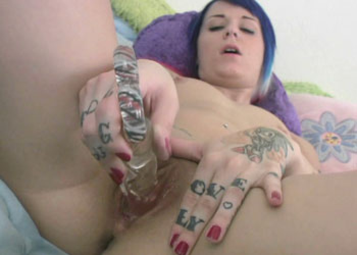 Samus Andrews fucks her glass dildo